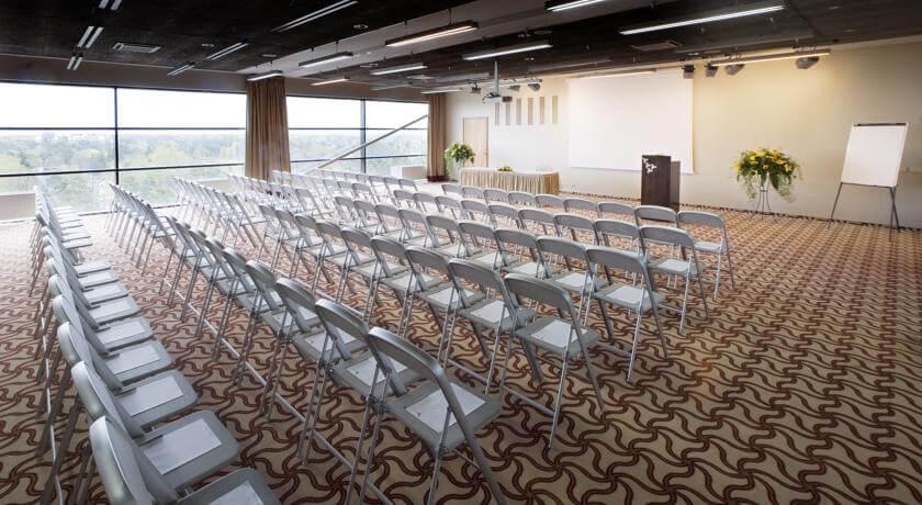 Högst upp på hotellet finns fina mötesrum med storslagen utsikt - passar om man åker iväg som konferensgrupp.