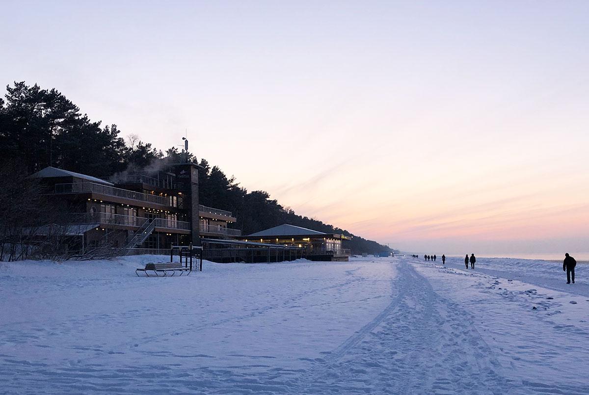 Vinter i Jurmala, snö på stranden