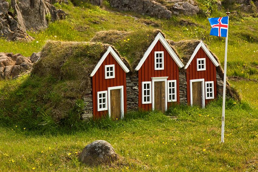 Små trähus och den isländska flaggan