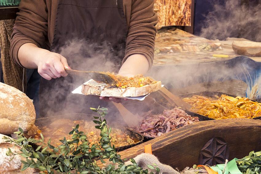 Marknad med matstånd i Krakow