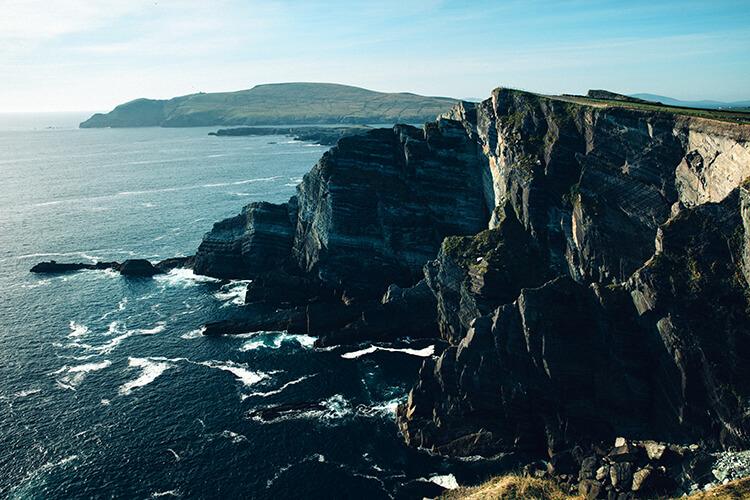 Dramatiska klippor och hav på Irland