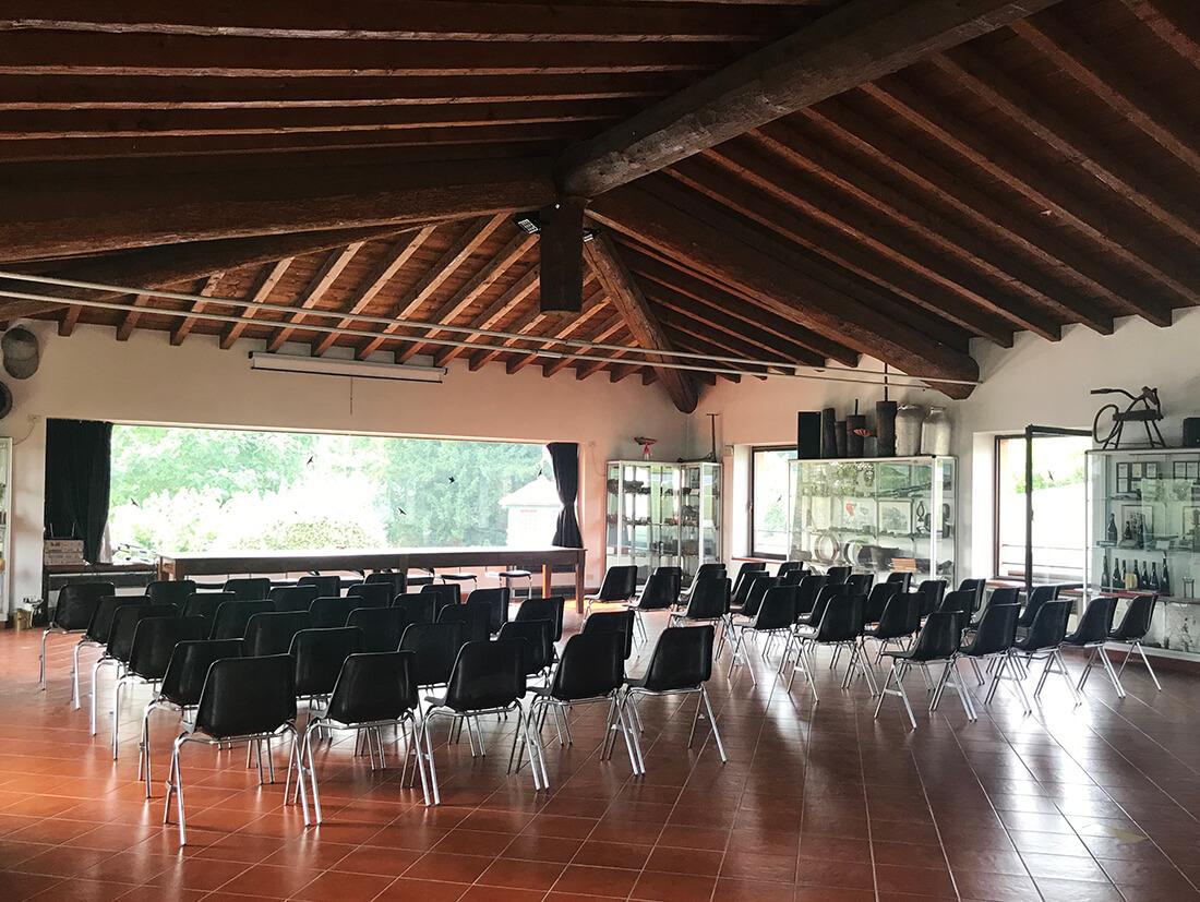 Stort konferensrum på vingård i Italien