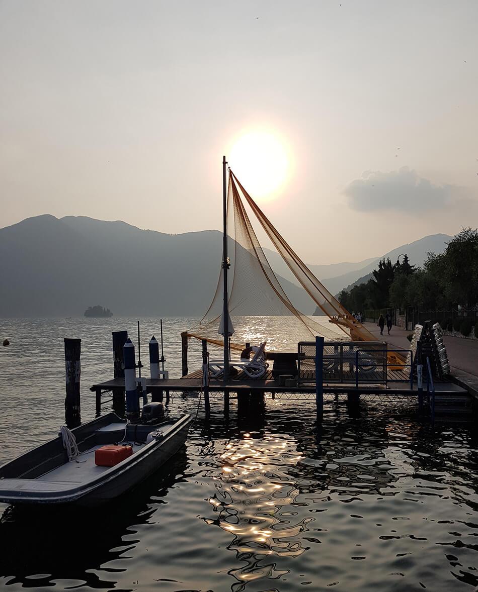 Vacker utsikt över sjö i norra Italien